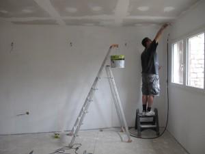 Какой краской покрасить потолок:  советы
