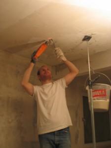 Как удалить старую краску с потолка? Проверенный способ - смывка