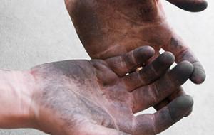 Чем отмыть сажу с рук