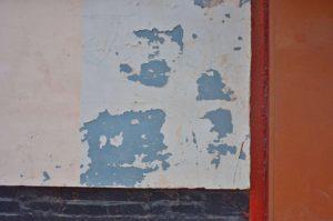 как снять старую краску со стены
