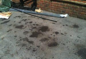как убрать масляное пятно с бетона